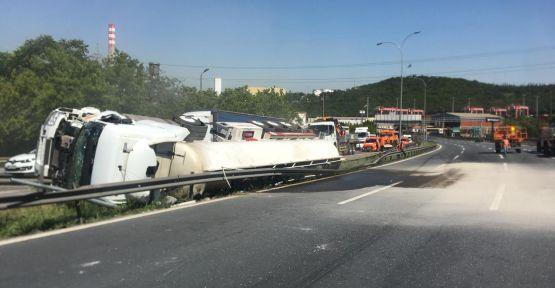 Anadolu Otoyolu'nda devrilen tanker ulaşımı aksattı