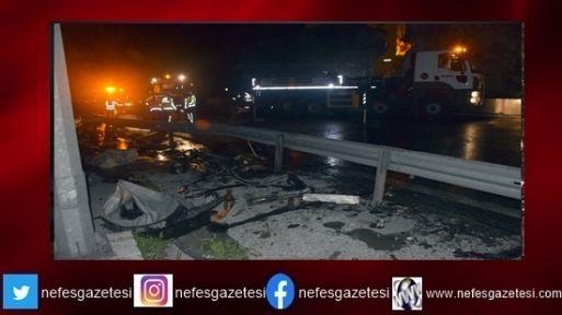 Anadolu Otoyolu'nda gıda maddesi yüklü tır devrildi