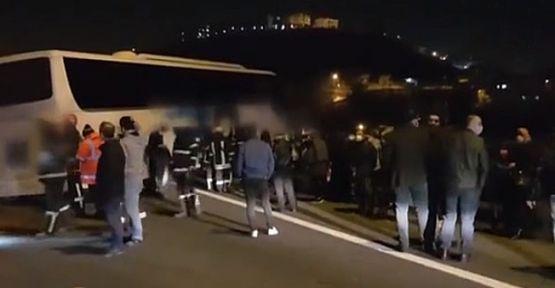 Bariyerleri aşan otobüsün viyadükte asılı kaldığı kazada 6 kişi yaralandı.