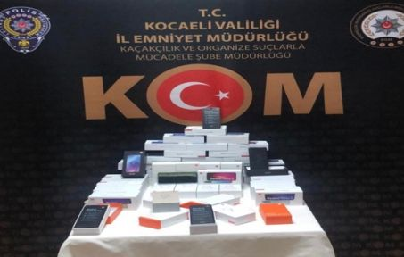Başiskele'de bir evde kaçak 58 adet cep telefonu ele geçirildi