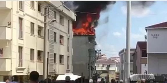 Binanın çatısı alev alev yandı!
