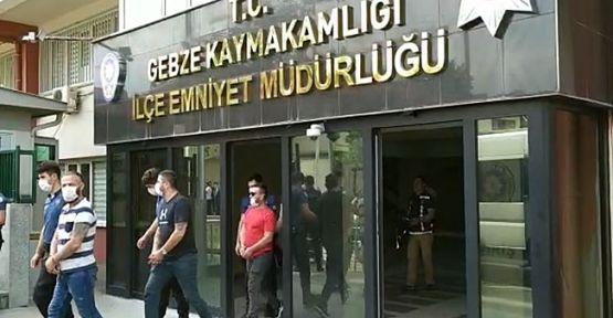 Bir kişiye bankadan zorla para çektirmeye çalışan 4 şüpheliyi kıskıvrak yakalandı