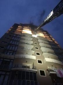Çatıya düşen yıldırım yangına sebep oldu