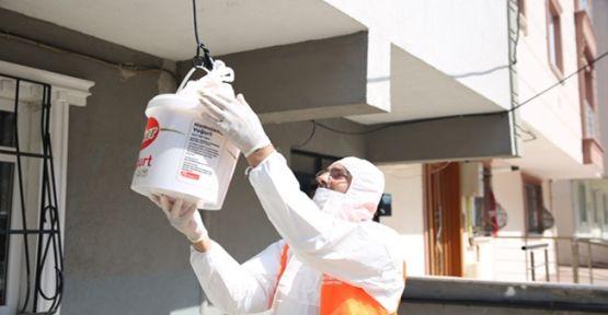 Çayırova belediyesi karantinadaki sokağa maske ve ekmek dağıttı