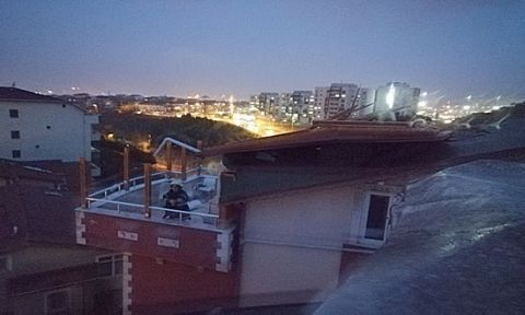 Fırtınada bazı binaların çatısı uçtu