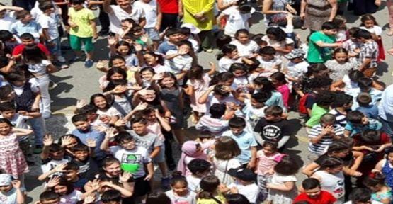 İlkokul Öğretmeninin Mezun Olan Öğrencilerine Anlamlı Mesajı