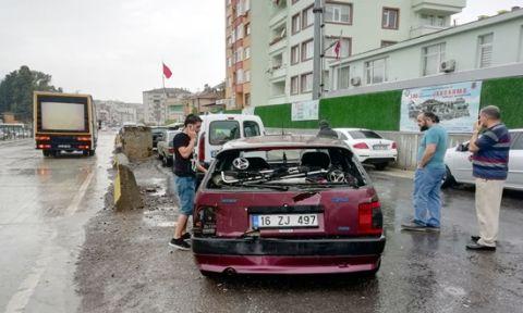 Karamürsel'de kamyonla otomobil çarpıştı: 2 yaralı