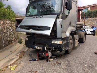 Kocaeli'de motosiklet TIR'ın altına girdi: 1 yaralı