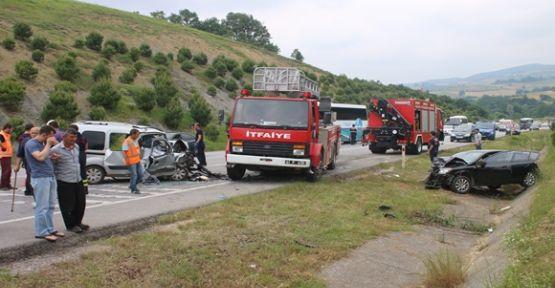 Kocaeli'de otomobille hafif ticari araç çarpıştı: 2 ölü, 4 yaralı