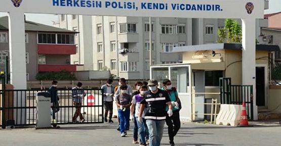Kocaeli'de sahte kimlikle seyahat eden14 kaçak göçmen yakalandı!
