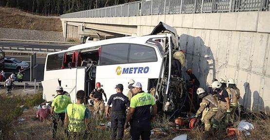 Otobüs üst geçidin ayağına çarptı!5 ölü 25 yaralı