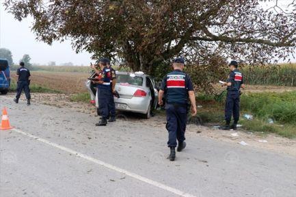 Otomobil ağaca çarptı: 3'ü ağır 5 yaralı