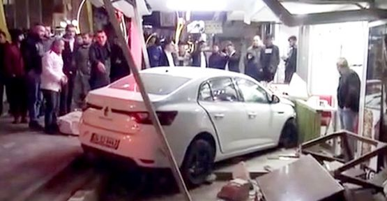 Otomobil Lokantaya Girdi :2 Yaralı