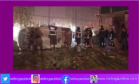 Otomobil yol kenarındaki dükkana çarptı: 4 yaralı