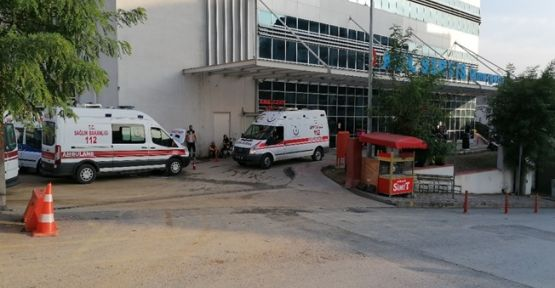 Perona yanaşan otobüs Polis memurunu ekip aracına sıkıştırdı
