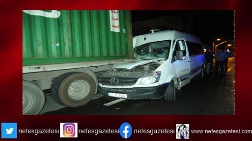 Servis aracı park halindeki tıra çarptı: 4 yaralı