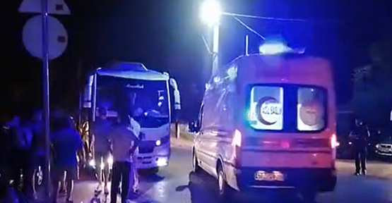 Servis aracıyla otomobil çarpıştı:2 yaralı