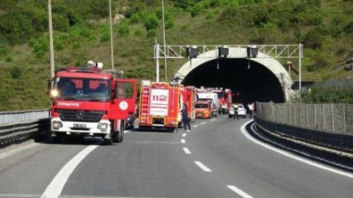 TEM'de meydana gelen kazada yanan araçtan son anda kurtuldular