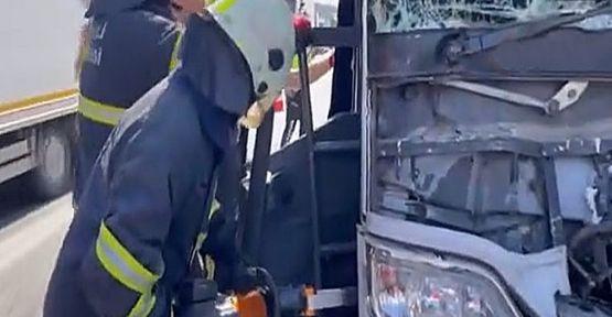Yolcu otobüsü tıra çarptı: 4 yaralı