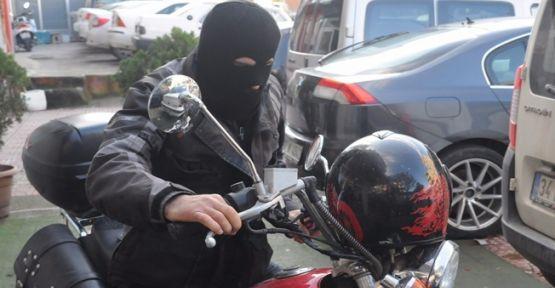 Motosiklet ve banyo bataryası çaldılar
