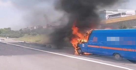 TEM Otoyolunda kargo aracı yandı!