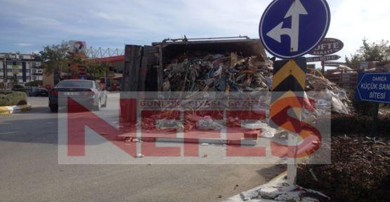 Virajı alamayan hurda kamyonu devrildi