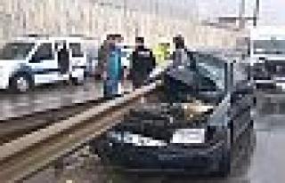 Gebze'de araç bariyerlere saplandı!
