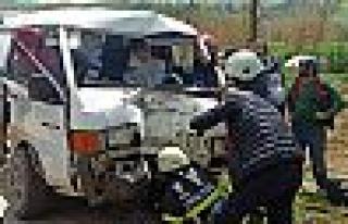 İşçileri taşıyan minibüs elektrik direğine...