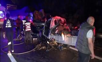 Arıza yapan tıra arkadan çarpan kamyonet sürücüsü hayatını kaybetti