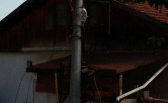 Kamyon direği ikiye biçti, aboneler enerisiz kaldı