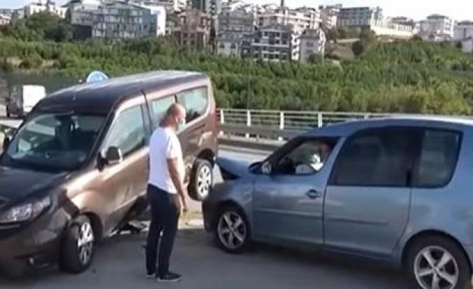 Otomobille çarpışan hafif ticari araç bariyerin üzerinde asılı kaldı
